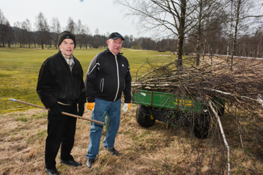 Claes Emilson och Sven Andersson hade krattat ihop en rejäl rishög på banan intill Töllsjövägen.