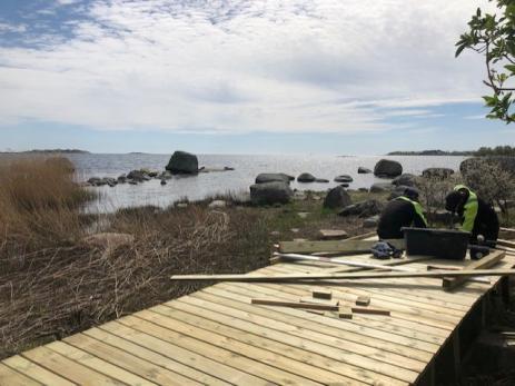 Snickarlaget både lagar och bygger bryggor på våra badplatser i Ronneby kommun.