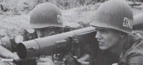 Pansarskytt Harrysson från Kallinge och laddare Bertil Karlsson till vänster.