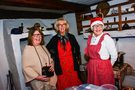 Görel Antonsson, Ulla-Britt Alfredsson och Ann-Sofie Larsson serverade grötfrukost i Högsgärdsstugan.