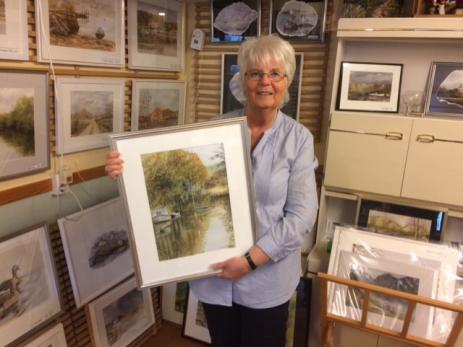 Ingela Lindblom åker gärna ut och tar en bild på något vackert ställe och åker sedan hem för att måla av det.