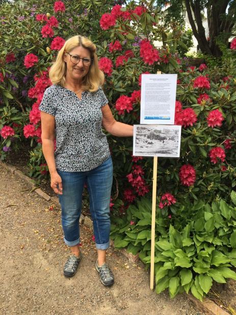Kristina Wolgast visar skyltarna som man har tagit fram, där man kan läsa om platsens historia som man befinner sig på, men också se på en gammal bild, hur de en gång har sett ut.