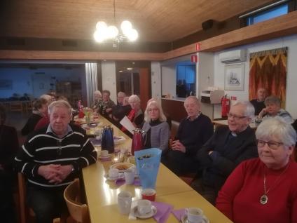 <span>Några av medlemmarna samlade kring kaffeborden. Vår f d kyrkoherde Göran Eriksson fick en blomma som tack för sin medverkan vid årsmötet. Han höll ett fint tal samt höll parentation samt tände ljus som minne av de under året bortgångna medlemmarna. Han sitter som nr två från höger.</span>