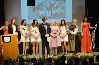 Rektor Eva delar ut stipendier.