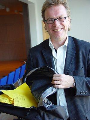 Bosse Andersson från myndigheten för skolutveckling med en bunt positiva utvärderingslappar