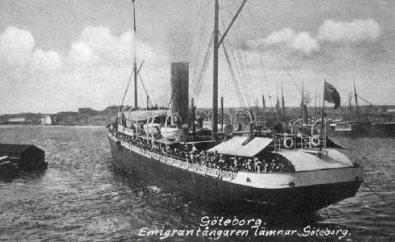 Emigrantfartygetångaren Göteborglägger ut från Göteborgs hamn mot Nord Amerika.(notera unionsflaggan i aktern)