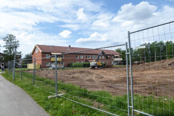 Mellan detta befintliga hyreshus och biblioteket byggs nu 24 nya lägenheter.