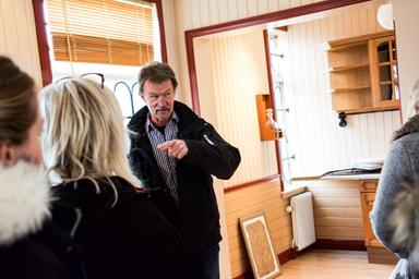 Claes Tilander informerar om stationshusets historia.