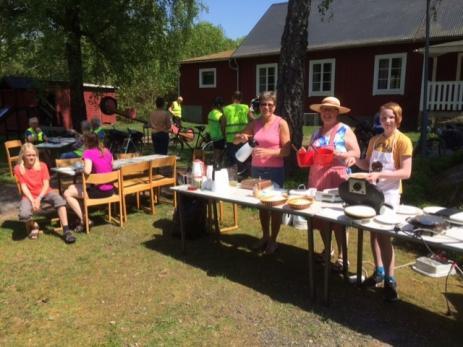 Agneta Magnusson, Linda Svensson och Herman Pettersson gräddade våfflor, serverade ostkaka och kaffe.