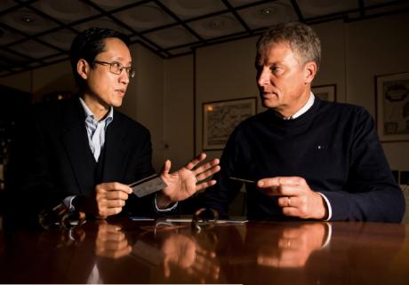 Yiwen Jin och Pether Axelsson med lösningen i hand.