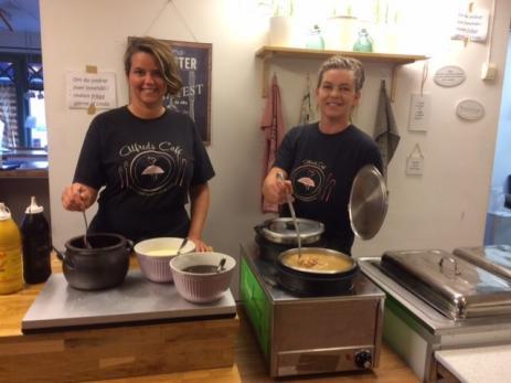 Varje dag serverar Linda Johansson och hennes syster Emma Johansson också en soppa, förrutom dagens varmrätt.