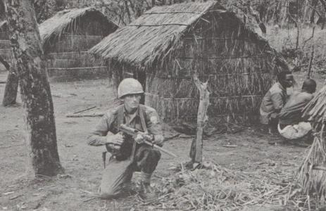 Svensk FN-soldat bevakar i en liten by strax intill oroligheter som har blossat upp.