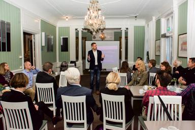 Kommunstyrelsens ordförande Peter Rosholm (S) lyssnar in synpunkter från ett kort grupparbete vid frukostmötet.