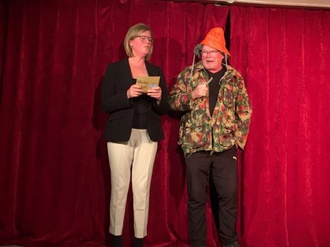Den gamle revyräven Tommy Nilsson blev ett kärt återseende för publiken, här med Ellinor Andersson i ett av revyns miljönummer.