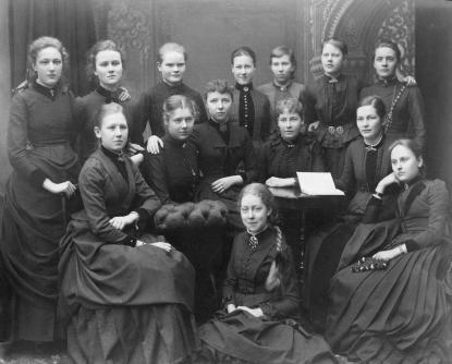 Tekla Swedlund, övre raden längst till höger, med sina klasskamrater vid Flickskolan 1887