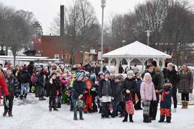 Glada och förväntasfulla elever strax innan de fick komma in i sin nya fina skola.<br />Foto: Jessica Kjellström, Bollebygds kommun.