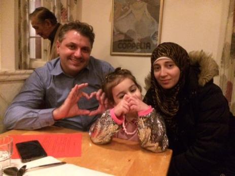 Emad Barazi och Jumanah Halabeya besökte festen med sin lilla dotter. - En mycket trevlig fest, sa Emad och Jumanah.