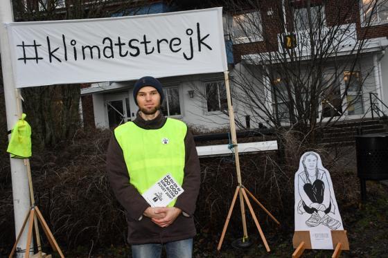 Henrik Garbergs på plats framför kommunkontoret.