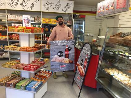 Kader hälsar kunder välkomna. Grillad korv finns för den hungrige.