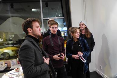 Johan Wiman (i mitten) bland konstnärsvänner.
