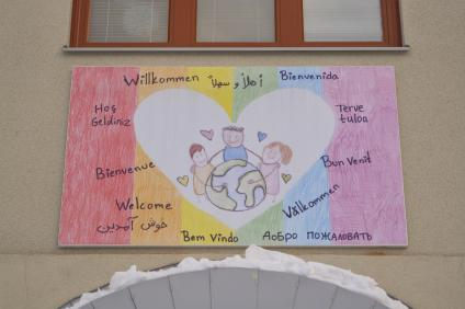 Eleverna har fått skrivit välkommen vid entrén på alla sina språk.