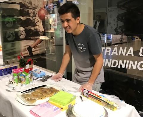 Nygräddat från Afghanistan var bara en av alla doftsensationer som fick angeredsborna att stanna till. Zikriye Mohammad bjöd på purfärsk bolani.