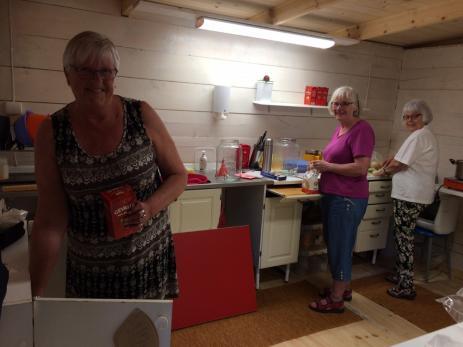 Fullt upp med sina förberedelser inför lördagens Bräknetramp har även Lisbeth Eriksson som är ansvarig för kaffestugan samt Elisabeth Svensson och Birgitta Håkansson.