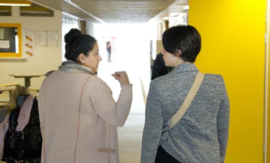 Petra och Felica rörde sig under fredagseftermiddagen runt i Angeredsgymnasiet på jakt efter bilder.