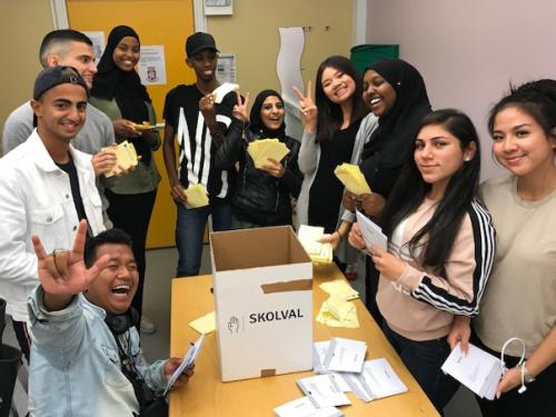 Kårstyrelsen fr v Kridsada, Melvin, David, Aaisha, Abdullah, Hadil,Cecilia, Muhiim, Neda och Catarina var både lokal arrangör, rösträknare och valförrättare i skolvalet på Angeredsgymnasiet.