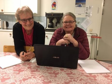 - Det lät kul och jag hade aldrig släktforskat tidigare, säger Elisabeth som här får hjälp av Birthe, intiativtagare och lärare på den \