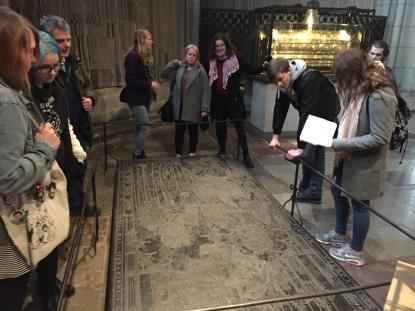Humanister läser en latinsk inskrift från 1300-talet i Uppsala domkyrka