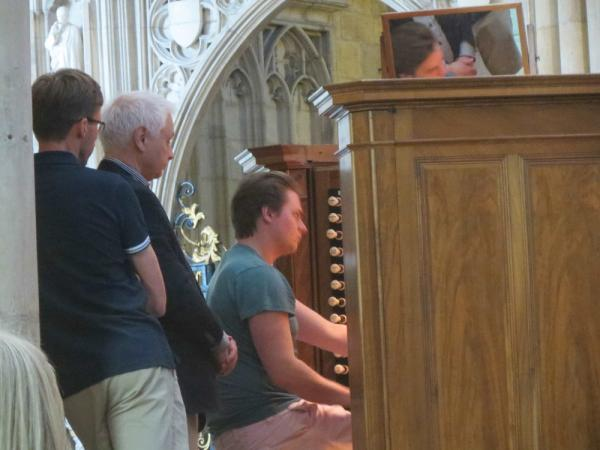 Inhoppande Organ Scholar George Lacey demonstrerar den mäktiga York Minster-orgeln