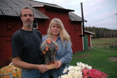 Tomas och Ellen Axelsson med ett av de unika troll de tillverkar och säljer.
