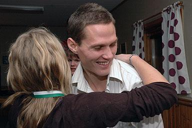 Det var många som ville krama Jon Jönsson, inte minst tjejerna i F17 laget.