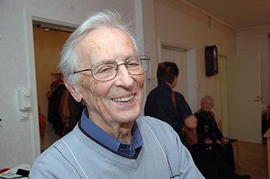 Förre kyrkoherden Torsten Norrfjärd besökte syföreningens höstbasar för 41:a gången. -Jag började arbeta här för 40 år sedan, sedan dess har jag besökt höstbasaren varje år, konstaterade Torsten Norrfjärd.