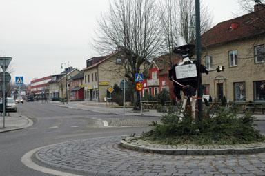 I rondellen där Kungsbackavägen och Göteborgsvägen möts finns numera en Pinocchiostaty.