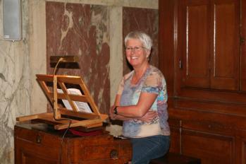 Ingrid Melltorp vid kororgeln I Saint-Roch