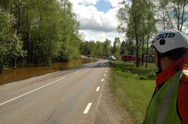 När Räddningstjänsten kom till platsen för översvämningen var hela vägbanan avskuren av vatten.