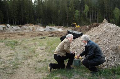 Bengt-Olof Hammar och kommunstyrelsens ordförandeChristerJohansson har tryckt på sprängknappen.