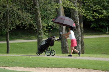 Första tävlingsdagen var mycket varm - så varm att paraply behövdes...