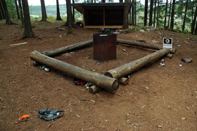 Runt lägerplatsen har ölburkar, tomflaskor och en del glas lämnast kvar.