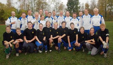 Politiker och ungdomar samlade efter den historiska matchen på Björnskogsvallen i Bollebygd.<br />Ungdomarna vann med 11-1