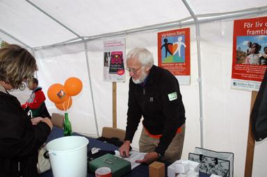 Anders Olsson samlade in pengar till Världens Barn i samband med Folkhälsodagen i Bollebygd.