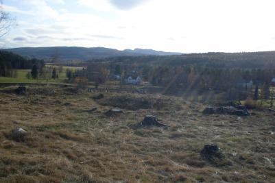 Gravhögarna och utsikten över byn.