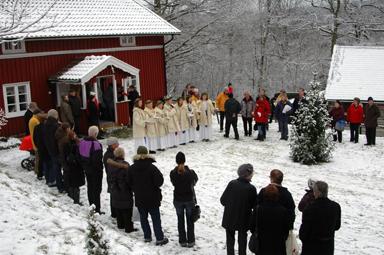 Snö och några grader minus höjde julstämningen i Bollebyds Hembygdspark.