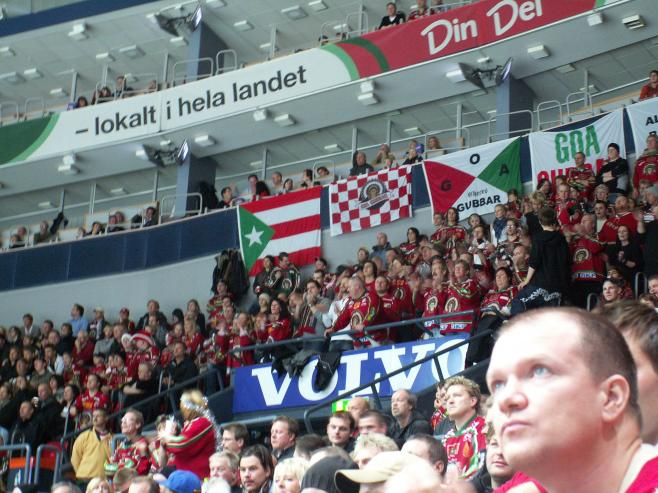Comrade Fidel has sent a flag to the supporters of Frölunda Indians. Well not exactly, but it is a rare symbol in the very commercial environment of icehockey.
