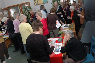 Besökarna på äldredagen minglade runt i Bollegårdens entré. Sju utställare fanns på plats med information och en och annan godis.