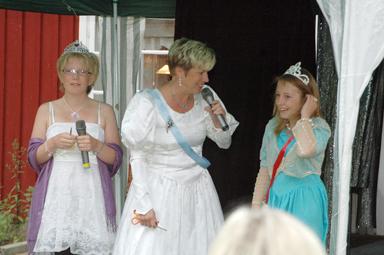 Till höger, Stéphanie Laursen som kronprinsessan Viktoria.