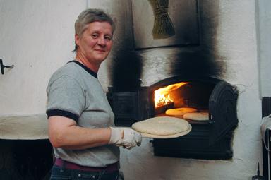 Ann-Sofie Johansson har sett till att brödet har gräddats i bakugnen vid Vanna Kvarn.