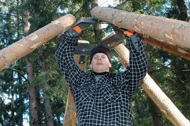 Fredrik Samuelsson skruvar ihop toppen på träkojan.